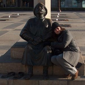 Acurrucada contra el Monumento al Peregrino en León