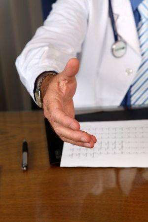 Doctor. Uno de los profesionales que se puede aprovechar de un sistema de reservas.